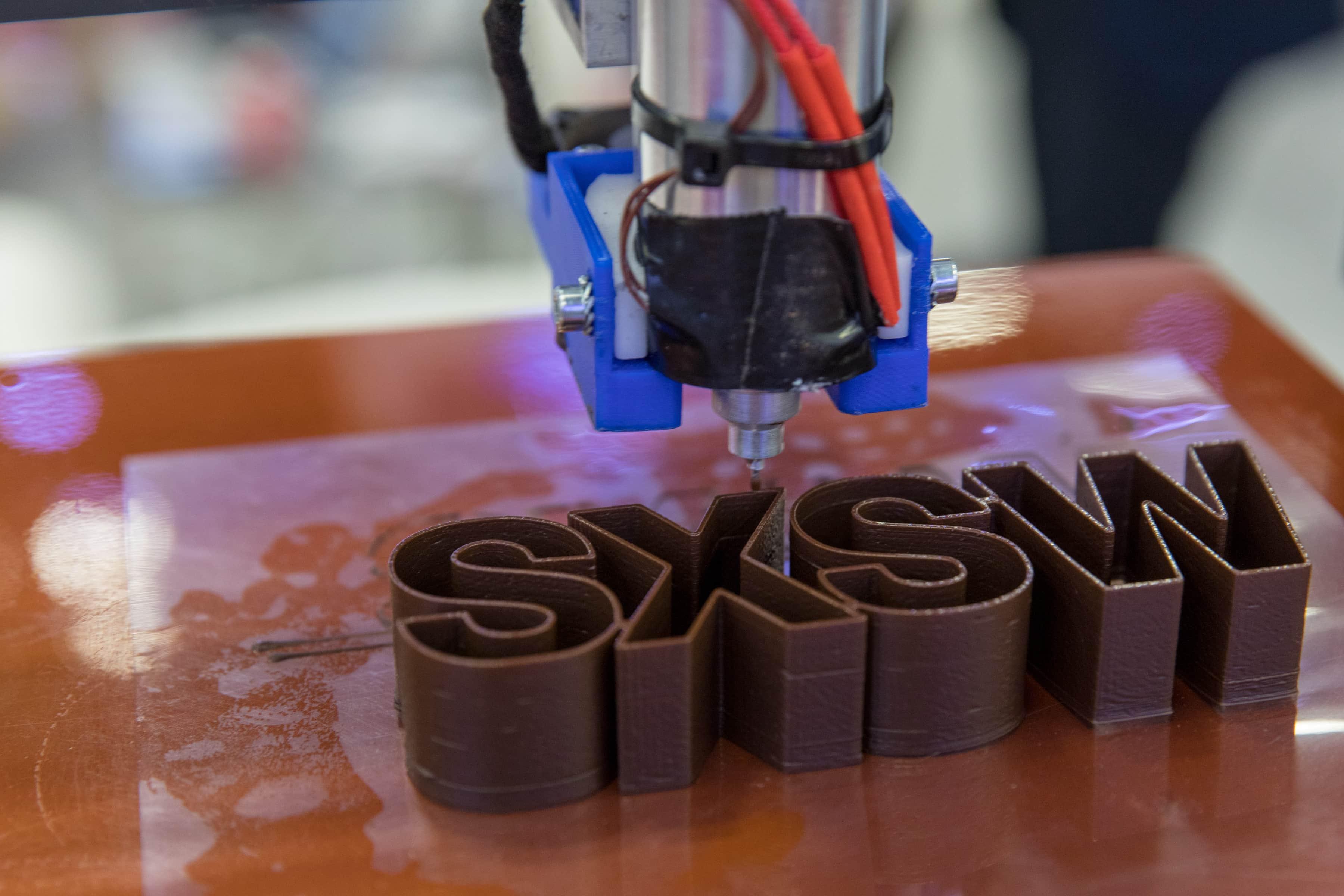 Un robot imprimant le logo de SXSW pendant la conférence tenue à Austin, au Texas. Photo par Cal Holman, gracieuseté de SXSW.